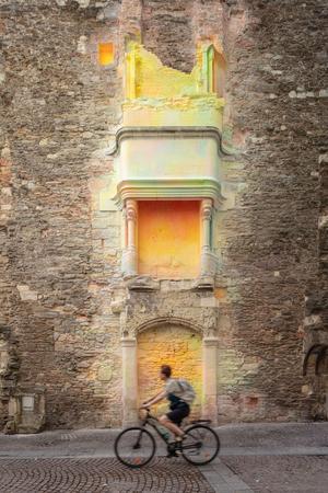 Sur le granit et le tuffeau, l'artiste trentenaire a appliqué des colorants pastel qui soulignent le manteau et le foyer de la cheminée.