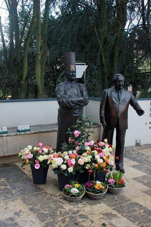 Les statues de Paul Bocuse et Gérard Pélisson, les fondateurs.