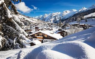 Immersion à La Clusaz, ce délicieux village devenu une station alpine de référence