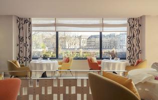 La baie vitrée vient plisser sa paupière sur un Paris à hauteur de rive, de Seine, de façade. Pas la vue la plus spectaculaire mais sûrement la plus intime.