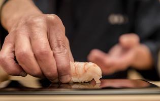 Daurade, saumon, thon rouge, toro, ventrèche, gambas, poulpe, maquereau, sardine, seiche et anguille sont au menu.