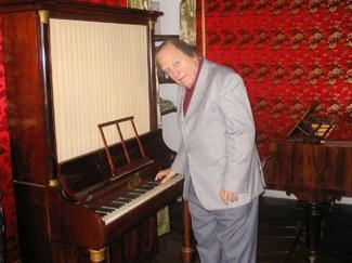 Jörg Demus possédait environ quatre-vingts clavecins et pianos dans ses propriétés, dont vingt se trouvaient dans sa demeure de Thouron.