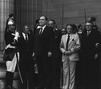 En 1981, alors qu'il savoure sa victoire à la présidentielle devant le Panthéon, François Mitterrand écoute un chœur d'enfants entonner l'hymne, dirigé par Daniel Barenboim.