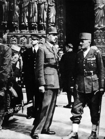 Le général de Gaulle et le général Leclerc de Hauteclocque en la cathédrale Notre-Dame de Paris le 26 août 1944 .