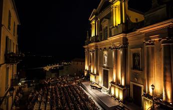 La scène du festival de Menton prend place entre la Méditerranée et la basilique baroque Saint-Michel-Archange.