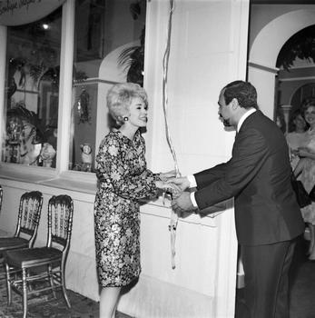 J. Dessange inaugure son nouveau salon à Paris aux côtés de l'actrice Jean Seberg en 1965.