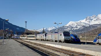 Parti de Paris à 20h50, l'Intercités dessert les gares des Hautes-Alpes (ici Briançon) au petit matin.