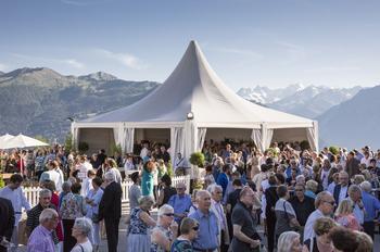 Face au massif des Combins, la salle éphémère du festival de Verbier accueille les spectateurs. D'autres concerts sont organisés au sein de l'église de la station.