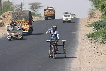 Sushil sur les routes indiennes.