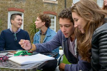 Les cours se déroulent dans un ancien séminaire de Londres.