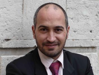 Henri Sandros-Mila recommande de prendre régulièrement le pouls de l'équipe via des questionnaires.