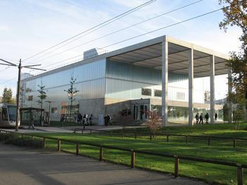 Le tramway dessert le campus de l'université d'Orléans.