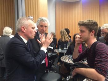 À l'issue du débat, François de Rugy parle longuement avec des étudiants.