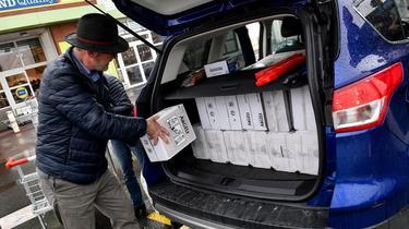 Les Britanniques font des provisions de vin à Calais face au flou du Brexit