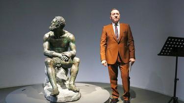 «Plus vous êtes blessé, plus vous devenez fort» : à Rome, Kevin Spacey se défend en poésie