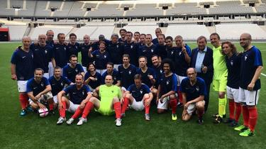 Sur le terrain de football, les députés font équipe