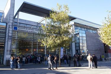 L'université de La Rochelle se situe dans le quartier des Minimes, très pourvu en établissements d'enseignement supérieur.