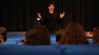 Le réalisateur Yan England répond aux questions des lycéens en dévoilant quelques secrets de tournage. ©Fred Louot/Zérodeconduite
