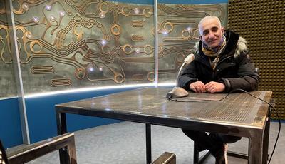 Le chef décorateur Moundji Couture dans la salle d'interrogatoire du commissariat.