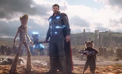 Thor arrive au Wakanda avec Rocket et Groot.