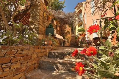 Une rue du village de Bormes-les-Mimosas dans le Var, 4 fleurs et prix du jardinier 2018.