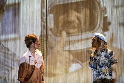 Lazare (en casque de cosmonaute) derrière son double Jésus (à droite).