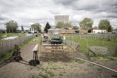 Matériels anciens en démonstration avec, au premier plan, le réseau de rails qui permettait le transport des marchandises.
