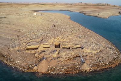 L'édifice se situe à seulement vingt mètres de la côte est du Tigre. Il est soutenu par des murs de briques de plus de deux mètres d'épaisseur et mesure jusqu'à sept mètres de haut.