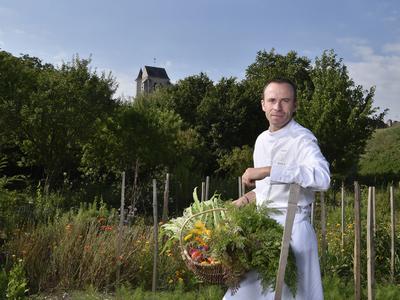 Le chef Christophe Hay ne se fournit qu'en produits locaux et dans son potager.