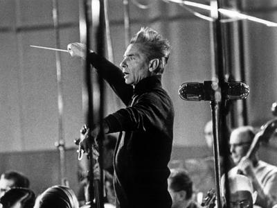 Herbert von Karajan en 1965, sur l'estrade, à Vienne.
