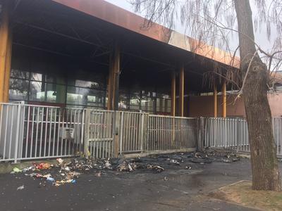 L'entrée du lycée Jean Moulin du Blanc Mesnil a été incendiée ce matin.