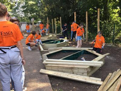 Les étudiants ont construit des bacs de plantations.