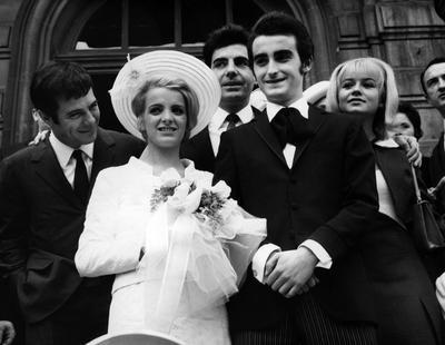 Dick Rivers et Micheline David-Boyer à la sortie de la mairie entourés de Guy Bedos, Roger Pierre et Sophie Daumier, le 24 avril 1965
