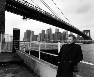 Prise en décembre 1998 à Manhattan par André Rau, cette photo est un clin d'œil à celle prise avec James Dean en 1955.
