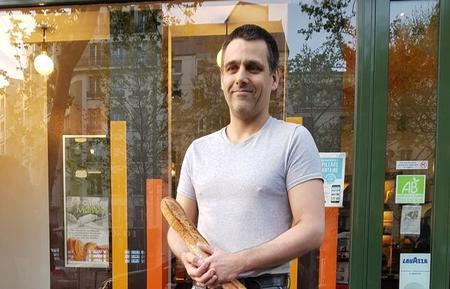 Fabrice Leroy avec sa baguette, lauréate du concours 2019.
