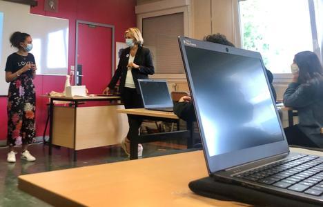 Valérie Pécresse échange avec les élèves de seconde du lycée Blaise Pascal sur l'importance du numérique pour leur avenir professionnel.