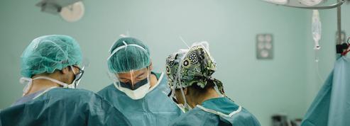Un chirurgien aurait oublié un gant et 5 compresses dans le ventre d'une patiente