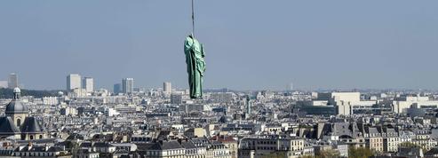 Le spectaculaire déplacement des statues de Notre-Dame pour leur restauration