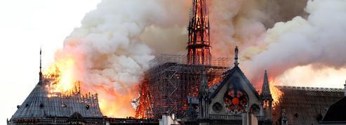 Notre-Dame de Paris: la flèche de Viollet-le-Duc emportée par les flammes