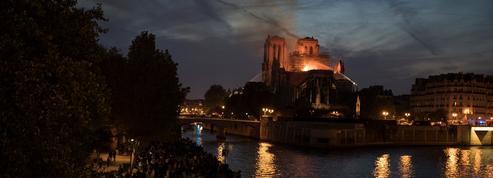 Devant Notre-Dame en flammes, une veillée de larmes