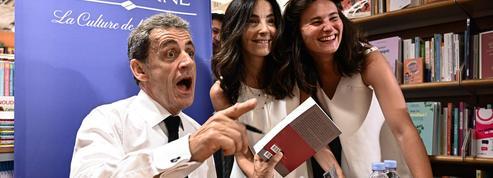 A Paris, la première dédicace de Nicolas Sarkozy attire une foule passionnée