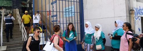À Grenoble, les militants du burkini tentent de convaincre les passants
