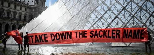Des manifestants dénoncent les liens du Louvre avec la famille Sackler, liée aux opiacés
