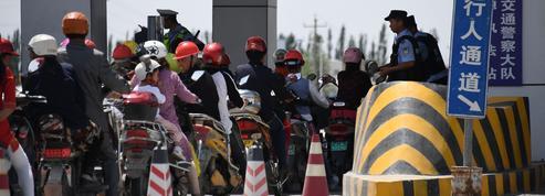Dans la région chinoise de Xinjiang, des logiciels espions dans les smartphones des touristes