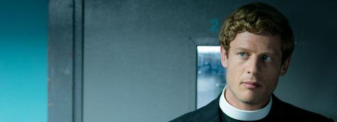 James Norton (Grantchester )raccroche son col blanc