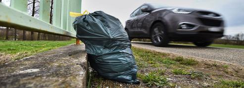 Autoroutes: de plus en plus de Français jettent leurs déchets par la fenêtre