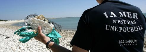 Bannir le plastique des plages françaises, un défi majeur