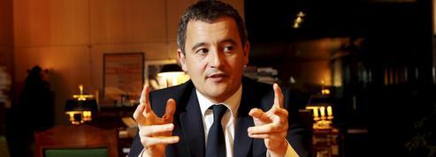 Gérald Darmanin, serveur dans un café parisien