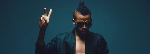 Filles nues et billets qui volent... Le chanteur Tekno termine son «clip» au commissariat