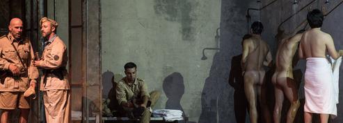 Otello ôte le bas et ne laisse pas indifférents les Italiens et les Italiennes